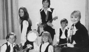 The-Partridge-Family-D-Cassidy-S-Jones-S-Crough-D-Bonaduce-S-Dey-J-Gelbwaks-1970-ABC-TV-wiki-pd-cropped